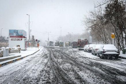 بارش برف و باران در اغلب محورهای کشور/ تلاش برای بازگشایی جاده چالوس