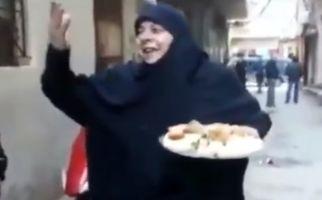مادر شهیدی که برای شهادت فرزندش شیرینی پخش کرد