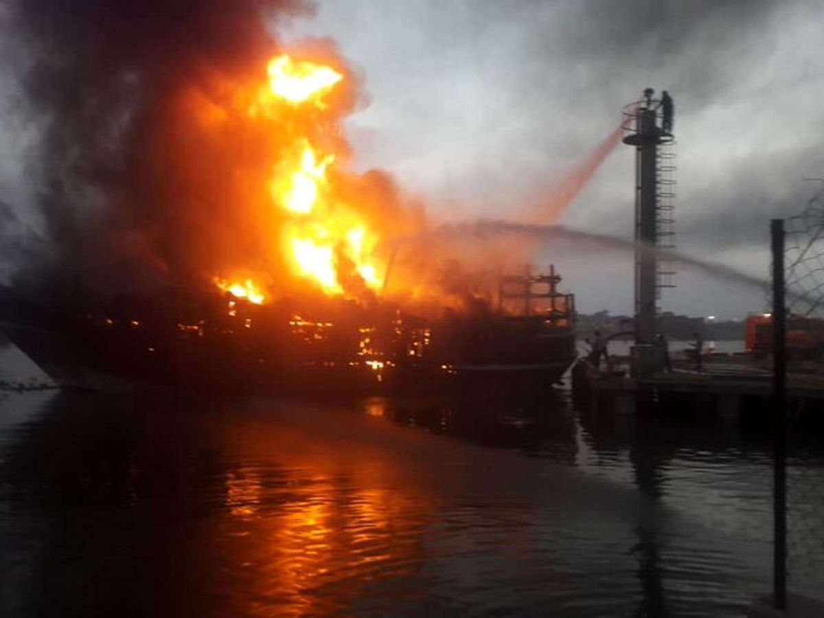 آتش سوزی ۵ لنج باری در گناوه