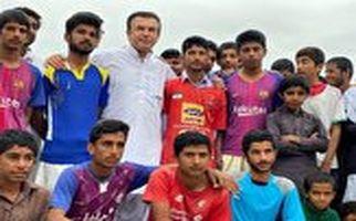 فوتبال بازی کردن حمید استیلی در کنار سیلزدگان سیستان و بلوچستان
