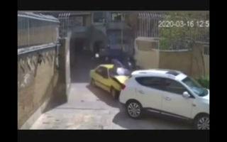 فیلم/ تصادف عجیب یک تاکسی در خیابان سمیه تهران!