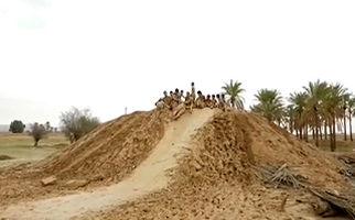 تفریح جدید جوانان پس از بارش باران در بوشهر + فیلم