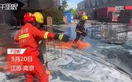 شعلهور شدن لباس آتش نشانان هنگام اطفاء حریق