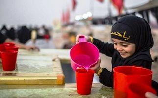 مهماننوازی کودک خردسال از زائران اربعین حسینی + فیلم