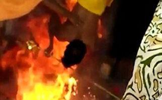 مراسم عجیب هندیها مرد نگونبخت را راهی بیمارستان کرد +فیلم