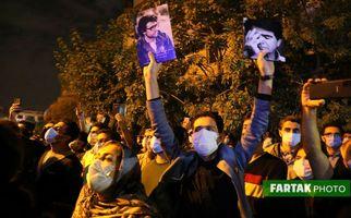 اختصاصی/تصاویر فوق العاده دیدنی از حضور پرشور مردم مقابل بیمارستان جم برای بدرقه استاد فقید محمدرضا شجریان