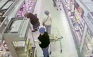 لحظه دستبرد به کیف زن سالخورده در فروشگاه