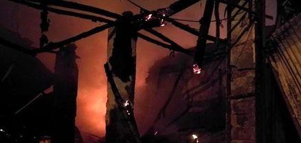 آتش سوزی انبار چوب در مشهد به 10 مغازه مجاور هم خسارت زد + عکس