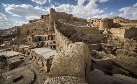 فیلم/ ریزش و نابودی بخشی از قلعه تاریخی فورد خراسان جنوبی!