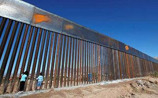 عبور مهاجران از روی حصار مرزی بین مکزیک و آمریکا + فیلم