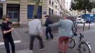 حمله راننده فرانسوی به مردی که سعی داشت به یک نابینا کمک کند