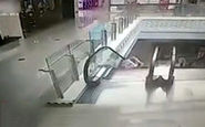 غفلت مادر و سقوط کودک از پله برقی!