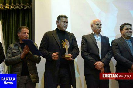 اهداء تندیس مهر حقوق بشر، به پاس اقدامات بشردوستانه به «علی دایی»