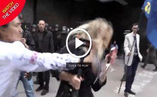 حمله به زن خبرنگار حین پخش زنده تلویزیونی! +فیلم