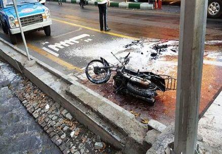 به آتش کشیدن موتور در خیابان ولی عصر تهران در اعتراض به توقیف موتور/عکس