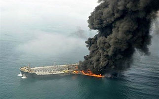 لحظه آتش گرفتن یک نفتکش در نزدیکی سواحل شارجه + فیلم