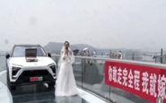 خواستگاری مرد جوان از نامزدش روی پل شیشه ای سوژه رسانه ها شد! + فیلم