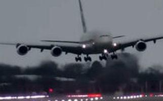 جدال هواپیمای مسافربری با طوفان در زمان فرود در فرودگاه لندن