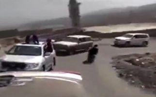 تصادف موتور با خودرو در سر پیچ در کاروان عروسی + فیلم