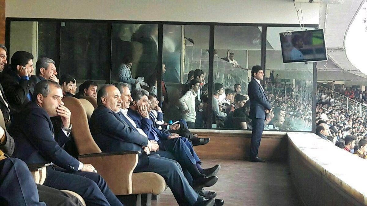 اسحاق جهانگیری در حال تماشای بازی ایران ازبکستان + عکس