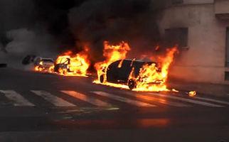 همکاری جلیقه زردها با ماموران آتش نشانی برای جلوگیری از آتش گرفتن یک خودرو + فیلم