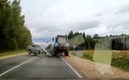 لحظه شاخ به شاخ یک خودرو با تراکتور + فیلم