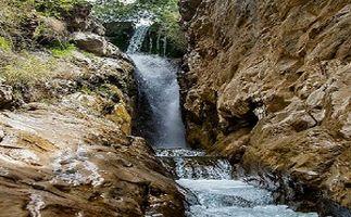 آبشار زیبا در دل کوههای