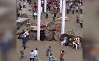 جشنواره عجیب پرتاب سنگ در هند که 100 زخمی برجای گذاشت!