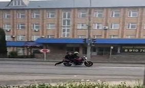 روش عجیب مامور پلیس برای بازداشت یک موتورسوار + فیلم