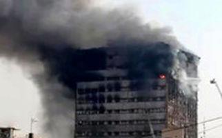 تلاش آتشنشانان برای خروج از پنجره پلاسکو