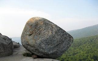 سقوط وحشتناک سنگ بزرگ از کوه و نجات معجزهآسای راننده خودرو
