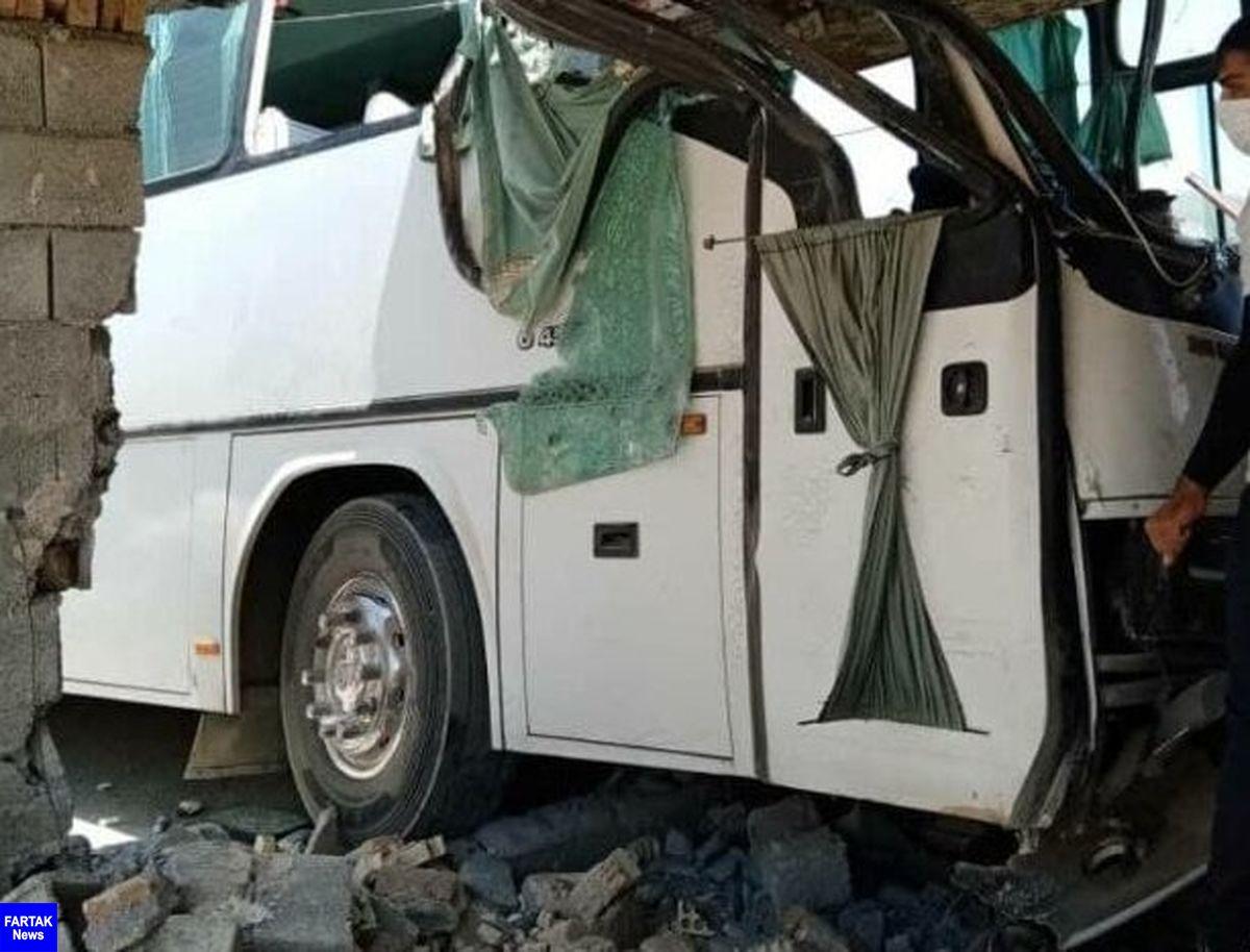 برخورد اتوبوس با دیوار خانه / در سامان شهرکرد رخ داد