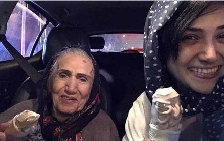 تفریح خانم بازیگر به همراه مادربزرگش! +عکس