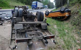 تصادف وحشتناک کامیون و خودروی سواری 2 کشته برجای گذاشت+فیلم