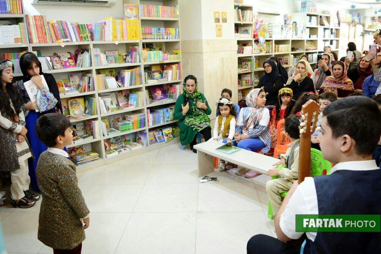 اجرای شاهنامهخوانی گروه همایون به مناسبت جشن مهرگان در شهر کتاب کرمانشاه