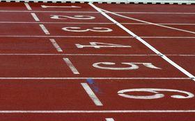 دونده زن بدشانسی که به تمام موانع مسابقه برخورد کرد! + فیلم