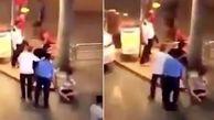 لحظه درگیری مشتری زن با کارمندان فروشگاه لوازم آرایشی! + فیلم