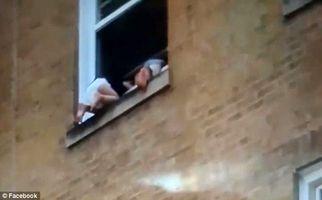 لحظه آویزان ماندن دو بچه از پنجره طبقه دوم یک ساختمان+فیلم