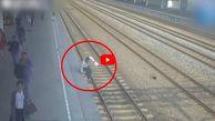 لحظه ناکام ماندن مسافر قطار برای خودکشی! +فیلم