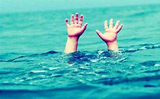 نجات معجزه آسا دختر بچه از سیلاب +فیلم