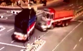 تصادف مرگبار و وحشتناک دو تریلی با یک خودروی سواری+ فیلم