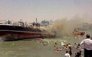 کمک مردم برای خالی کردن بار لنج آتشگرفته در بندر گناوه