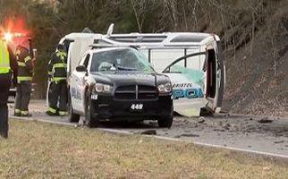 تصادف وحشتناک با خودروی پلیس به دلیل ریزش کوه در جاده + فیلم